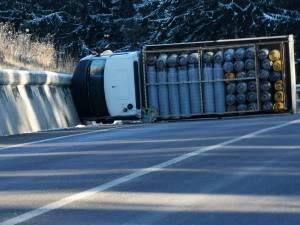 Un camion cu butelii s-a răsturnat în Pasul Tihuţa