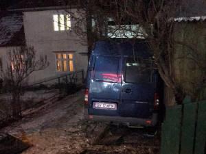 Călugărul a pierdut controlul asupra volanului şi a distrus cu maşina poarta unui imobil, vehiculul ajungând în curtea localnicului respectiv