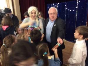 Primarul Nistor Tatar şi câţiva membri din executivul local le-a dăruit copiilor dulciuri, ciocolată şi napolitane