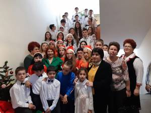Elevi și profesorii s-au bucurat împreună de atmosfera sărbătorilor de iarnă