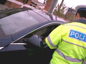 Tânăr cu permisul suspendat, prins la volanul unei maşini neînmatriculate, cu numere false
