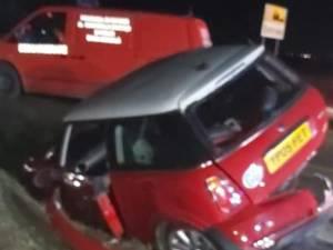 Trei răniţi după ce o maşină a derapat, s-a învârtit pe carosabil şi a ajuns într-un şanţ