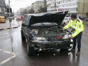 Autoturismul de teren a intrat în plin în taximetrul care vira spre stânga în intersecţie