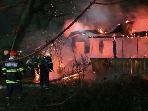 Flacarile au distrus casa batraneasca din satul Danila