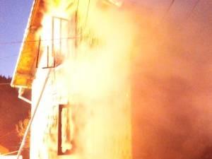 La sosirea pompierilor intreaga casa fusese cuprinsa de flacari