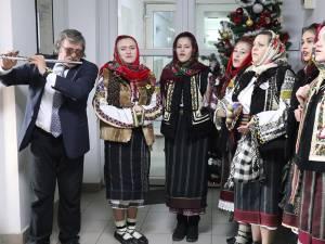 """Grupul """"Flori de Mălin"""" a colindat Monitorul de Suceava"""