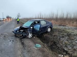 In urma impactului, autoturismul Logan a fost grav avariat iar soferul a ramas incarcerat