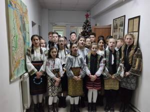 """Colindători de la Școala """"Constantin Morariu"""" Pătrăuți, la sediul Monitorul de Suceava"""