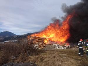 Incendiul a fost violent, arzând bunuri de valoare din interior