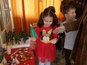 """Preşcolarii de la Grădiniţa """"Piticot"""" au ajutat o familie nevoiaşă din Botoşana"""
