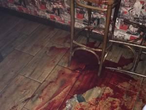 Agentul a fost înjunghiat de mai multe ori în faţa unui bar din Fălticeni