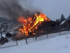 Casa familiei a fost distrusă de flăcări