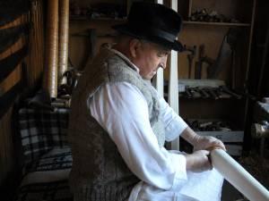 Stelu Erhan, priceput în prelucrarea lemnului cu unelte tradiționale, s-a apucat de făurit buciume când tradiția acestora era pe cale de dispariție