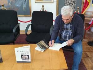 """Emilian Marcu, proaspăt laureat al Academiei Române cu premiul """"Ion Creangă"""" pentru proză, și-a lansat două cărți la Suceava"""