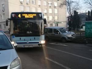 Mașina parcată în curba de la Policlinică a fost împinsă din drum de călătorii unui autobuz TPL, blocați  de mai bine de o oră