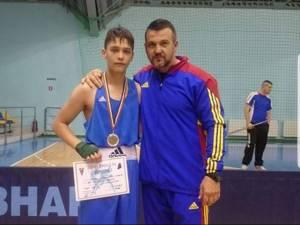 Antrenorul Andu Vornicu alături de Laurențiu Ungureanu, unul dintre pugiliştii de viitor de la CSM Suceava