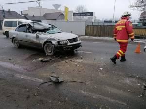 In urma coliziunii dintre cele doua vehicule, doua persoane ranite au ajuns la spital