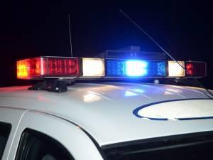 Prins de poliţişti după ce, beat fiind, s-a blocat cu maşina neînmatriculată pe calea ferată