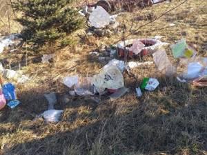4-5 tone tone de deşeuri au acoperit câmpurile din jurul depozitului de la Moara