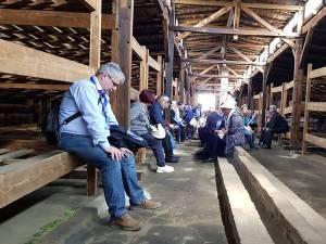 Rugăciune, în tăcere, în Baraca nr. 3 Birkenau - Shivah pentru cei ucişi în lagăr Foto: Marco Maximilian Katz