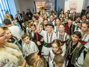 """Grupul """"Cununa Vicovului"""", de la Școala Gimnazială """"Ioan Vicoveanu"""" Vicovu de Jos"""
