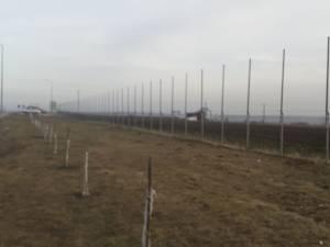 Gardul de protecţie se înalță cu 6 metri