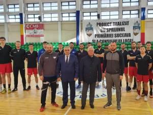 Primarul Sucevei, Ion Lungu, rectorul USV, Valentin Popa, și membrii echipei de  handbal Universitatea Suceava