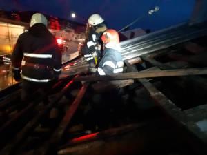 Pompierii au fost nevoiţi să intervină în municipiul Suceava la înlăturarea unor învelitori de tablă de pe constucţii