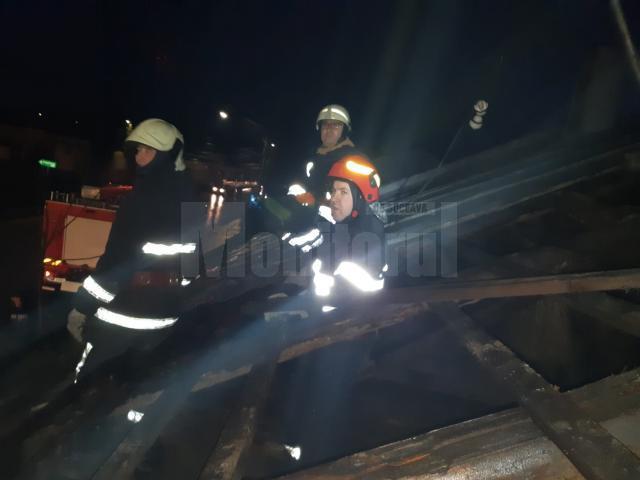 Echipaje de pompieri au lucrat la stabilizarea acoperişurilor afectate de vânt