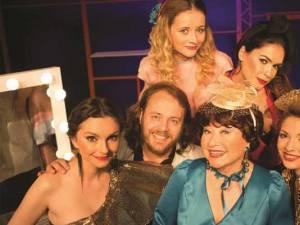 """Comedia """"Interesul poartă fesul"""", scrisă și regizată de Rodica Popescu-Bitănescu, la Casa de Cultură a Sindicatelor Suceava"""