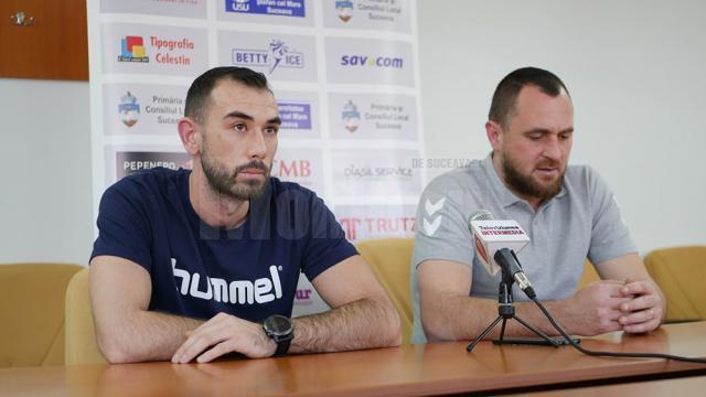 Antrenorul Adrian Chiruţ a venit la conferinţa de presă însoţit de jucătorul Robert Furak