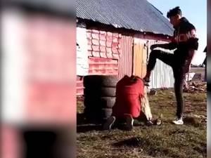 Iubitul fetei a pus-o în genunchi pe cărbuni încinşi