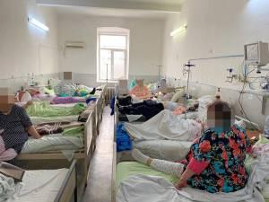 Salon din actualul spital din Fălticeni, supraaglomerat