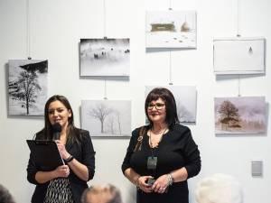 Criticul de artă Delia Ioana Leizeriuc și artistul fotograf Lăcrămioara Georgeta Samson