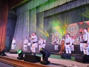 """Ansamblul etnofolcloric """"Plăieşii"""" și Nicolae Gribincea, pe scena suceveană"""
