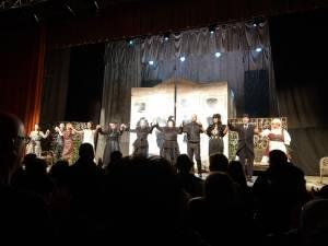 """Două reprezentații ale spectacolului """"Gaițele"""" cu sală plină, la Suceava. Flori, ovații și aplauze minute în șir"""