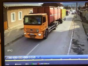 Mașina cu care a fost efectuat transportul suspect, la intrarea în Moldovița, la 14.46