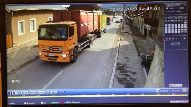 Mașina cu care a fost efectuat transportul suspect, la intrarea în Moldovița, la ora 14.46