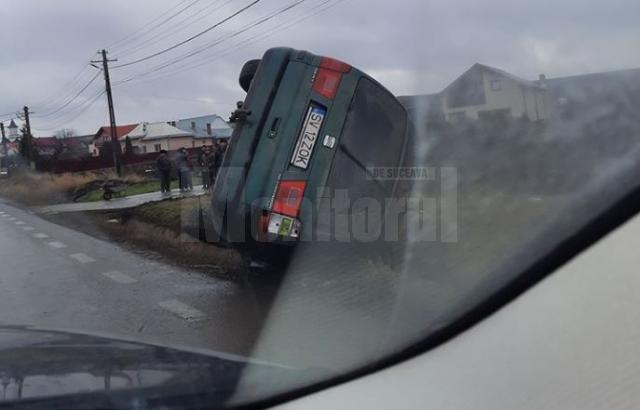 Trei răniți au ajuns la spital, după ce un autoturism a ieșit în afara drumului la Cumpărătura