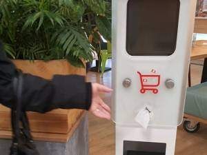 Automat cu dezinfectant și șervețele umede la Kaufland Suceava FOTO Carmen și Nelu Marcean