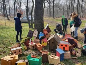 Peste 70 de elevi de la Bilca cu construit căsuțe pentru păsărele
