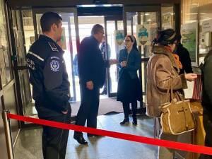 La intrarea în Primăria Suceava este prezent un ofițer de serviciu și câte un reprezentant al fiecărui departament care asigură serviciile corespunzătoare cetățenilor