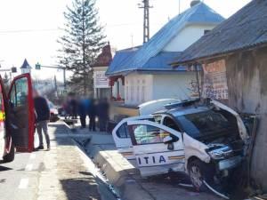 Mașina de poliție a fost aruncată într-o șură