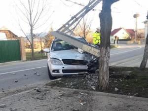 Stâlpul de beton a fost rupt în trei