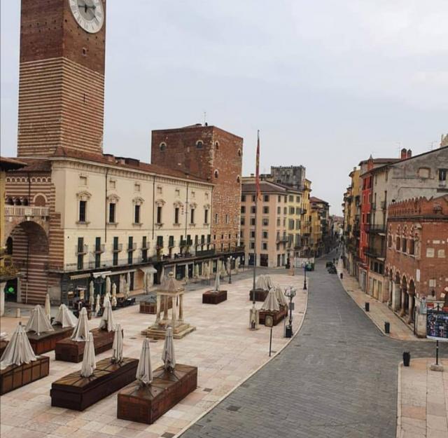 Piazza Erbè Verona goală
