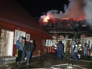 Incendiu foarte puternic, extins la trei case