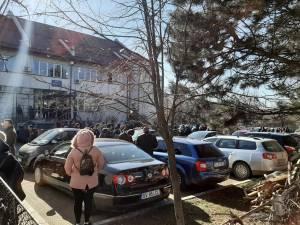 Câteva sute de suceveni au așteptat, ieri, la Casa de Pensii Suceava eliberarea documentelor de care aveau nevoie