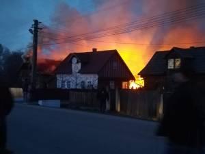 Pompierii, puși la încercare de un incendiu extins la trei locuințe