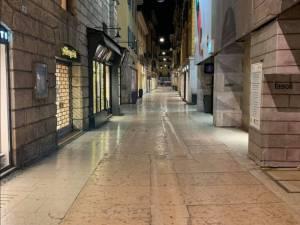 Via Mazzini, o stradă pietonală care de obicei este foarte aglomerată