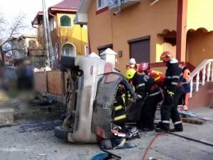Un mort și doi răniți, după ce o mașină a intrat într-un cap de pod